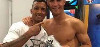 Роналду подарил португальскому полузащитнику Нани «Серебряную бутсу»